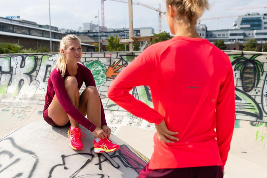 Frauen reden nach dem Training